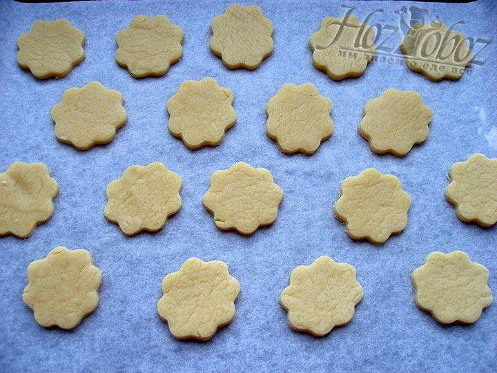 Нежное и хрупкое печенье выкладываем на противень