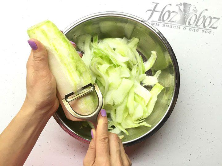 Овощечисткой срезаем с плодов тонкие полоски, как на фото