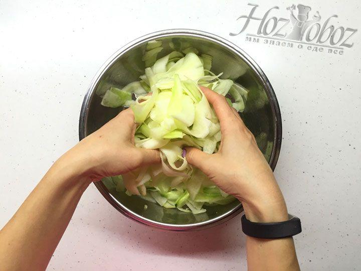 Вручную перемешаем кабачки с солью