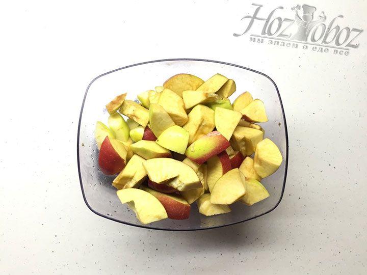Чистые яблоки готовим к перекручиванию: чистим от семечек и нарезаем небольшими кусочками