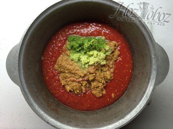 Спустя 20 минут в кипящую аджику добавим заготовленные заранее чеснок и чили перец