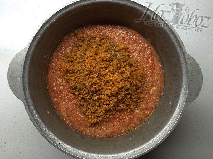 Морковку перекрутим в кастрюлю или котелок с томатом