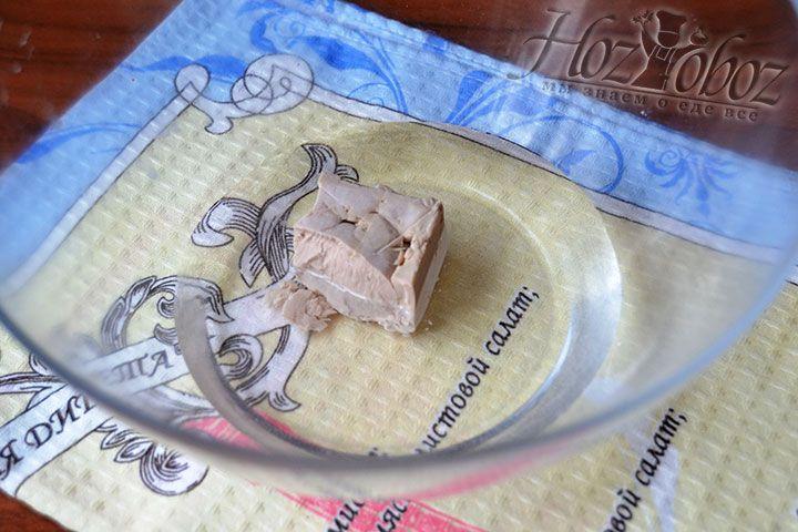 В миску с теплой водой положите 25 г мокрых дрожжей