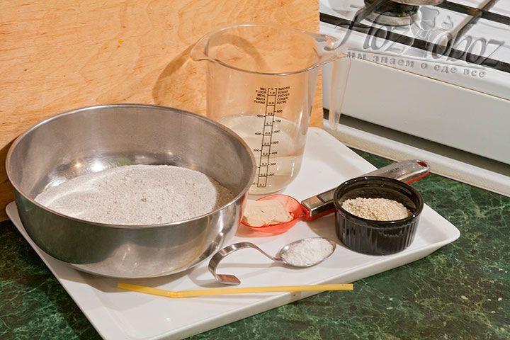 Для приготовления хлебцов из ржаной муки надо совсем немного продуктов