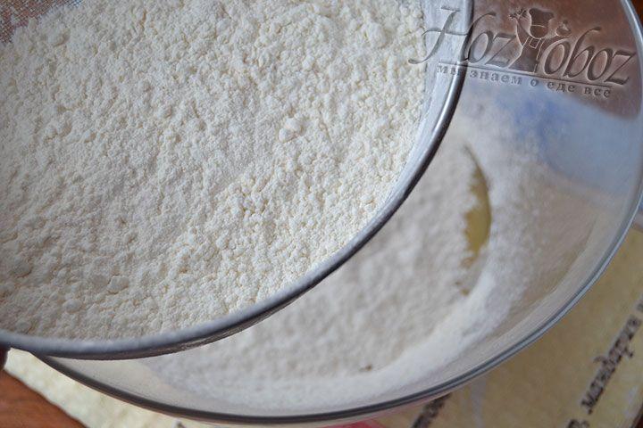 Всыпьте просеянную муку поэтапно после того, как в процессе помешивания основы блюда она превратится в однородную массу. На полчаса поставьте опару в тепло
