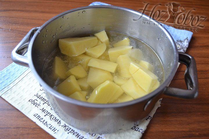 Очищенный картофель залейте водой