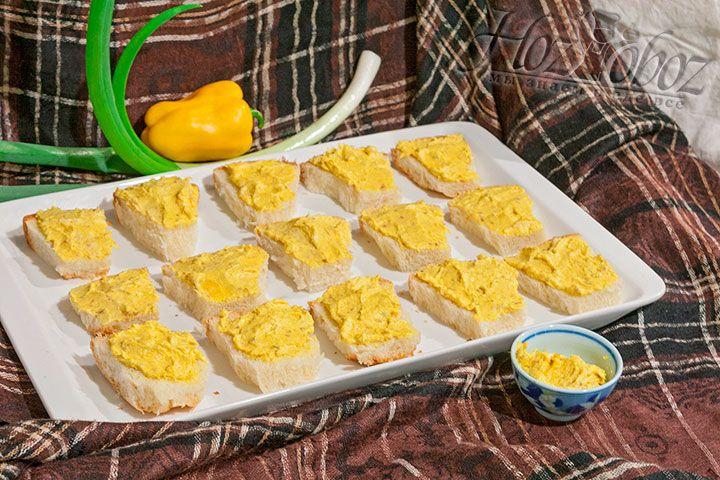 Масло можно завернуть в фольгу/пищевую пленку, сформовав его в виде цилиндра, если планируется его хранить в морозилке, чтобы потом подать нарезанным шайбочками