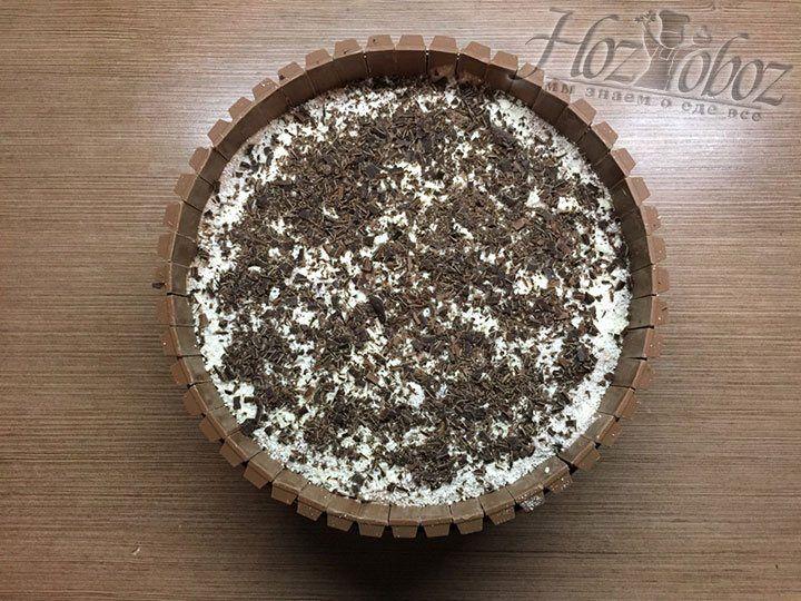 Хорошенько охлажденную плитку черного шоколада натираем на крупной терке непосредственно не поверхность торта