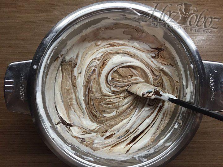 Когда шоколад введен в полном объеме, еще раз хорошенько смешиваем крем
