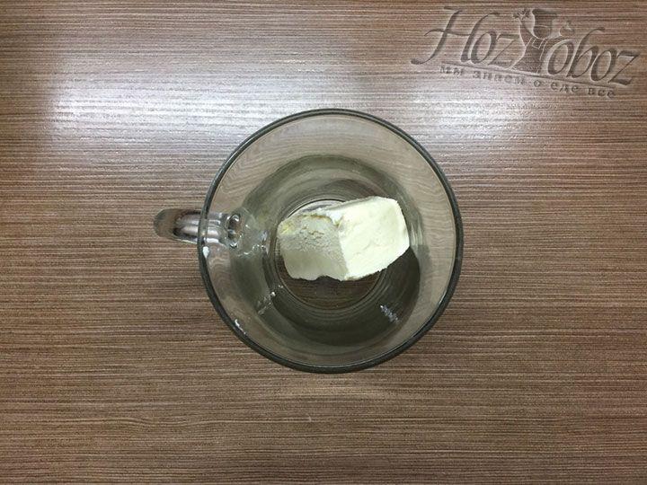 В чашку выкладываем 60 г сливочного масла