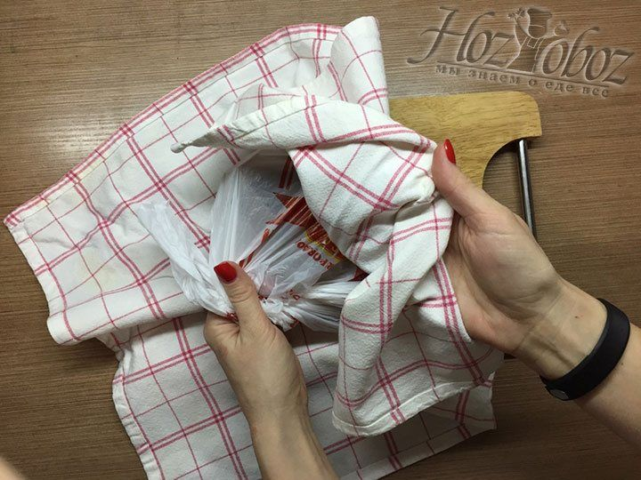 Поверх пакета с батончиками помещаем плотное полотенце