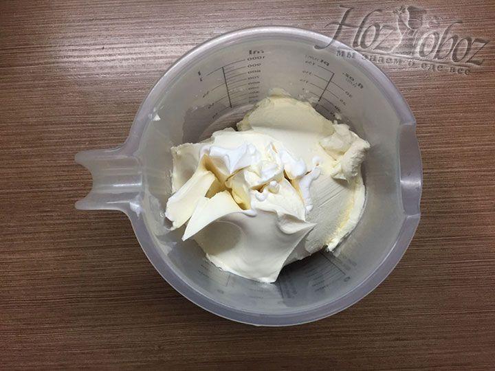 В отдельную миску выкладываем мягкий сыр