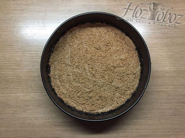 Теперь тесто для торта равномерно размещаем на дне формы