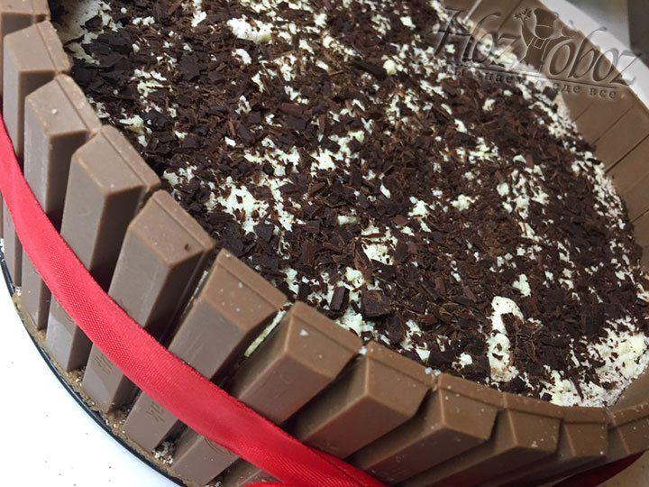 Готовый торт надо завязать по кругу лентой для эффектности и поместить в холодильник минимум на 5 часов