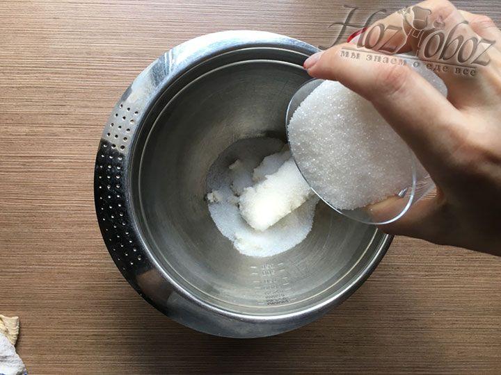 Чтобы начать готовить тесто положите в миску творог и сахар