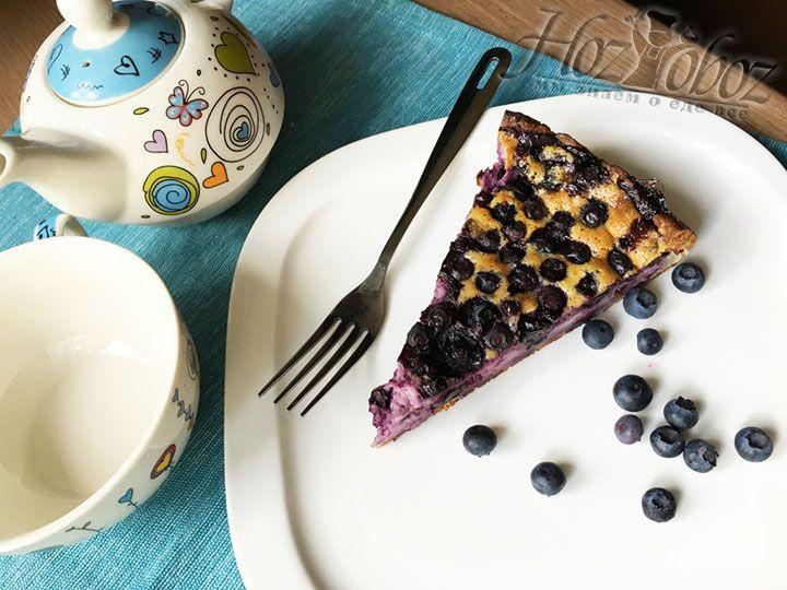 К готовому пирогу с ежевикой достаточно просто заварить крепкий ароматный чай. Все к столу и приятного аппетита!