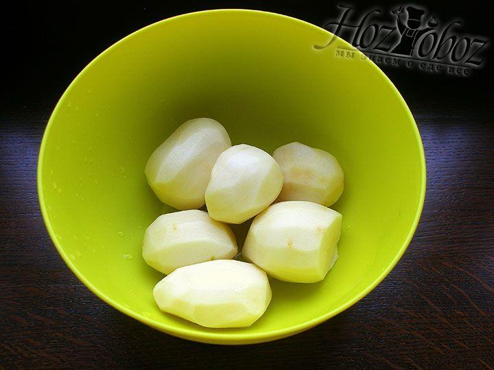 Картофель отчищаем