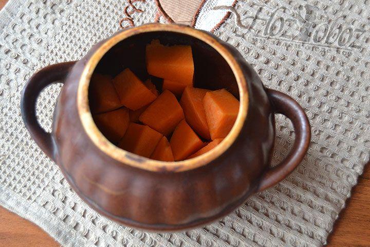 Поместите часть нарезанного овоща на дно горшочка