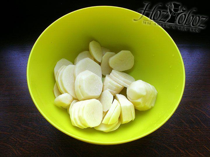 Нарезаем картофель на пластинки