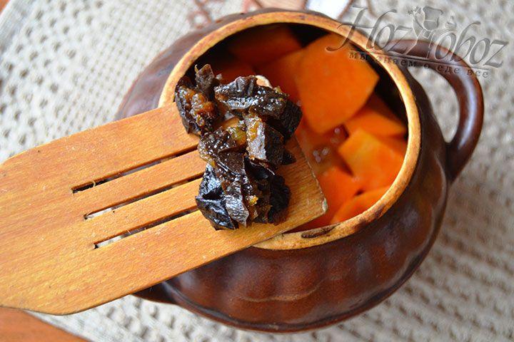 Высыпьте в горшочек измельченный чернослив