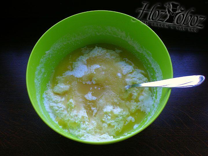 Растопленное сливочное масло вливаем в тесто