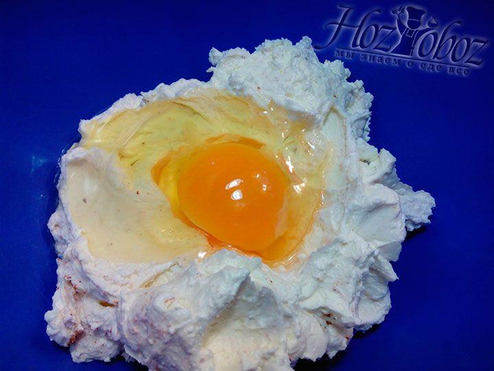 Добавляем в заготовку для сырников яйцо