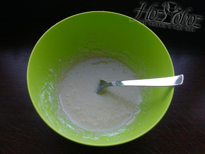 Ингредиенты для опары перемешиваем и оставляем примерно на 15 минут