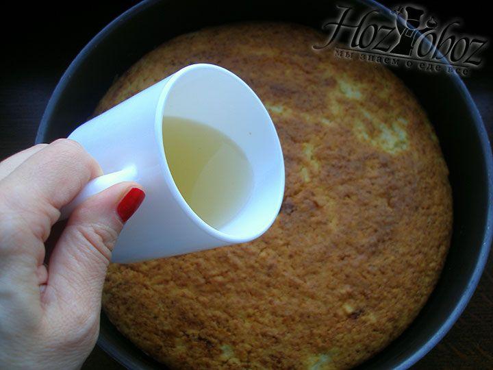 Манный пирог заливаем лимонным сиропом