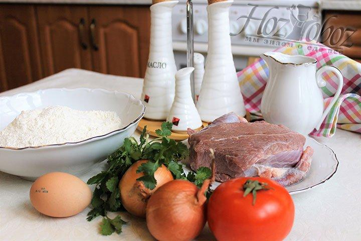 Бораки готовят из обжаренного фарша, поэтом прежде всего подготовим мясо для него. Для начала говядину обрежем от жилок, затем промоем и нарежем на порционные куски