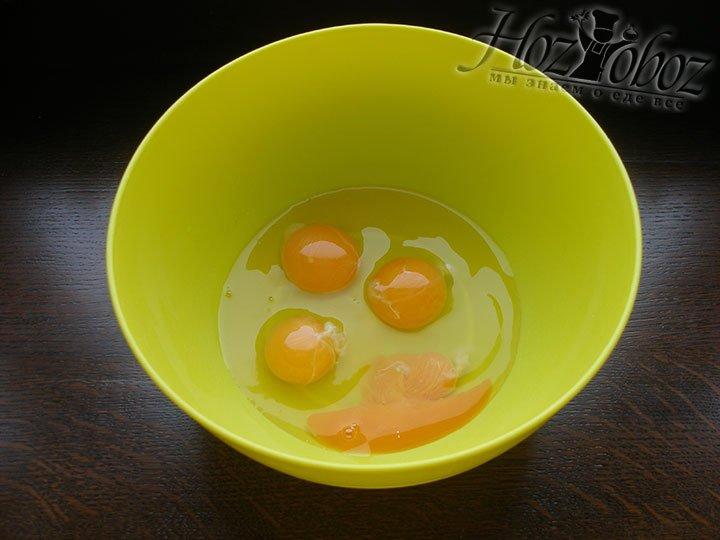 В миску помещаем яйца