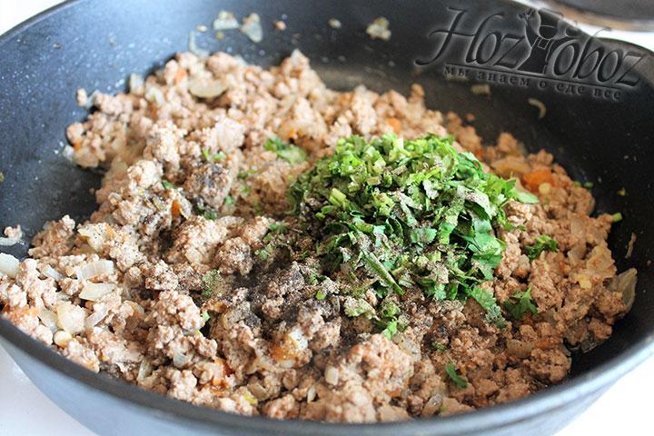 Добавляем в фарш нарезанную зелень, соль и молотый черный перец