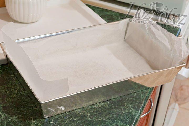 Форму для выпекания нужно закрыть силиконовым пергаментом