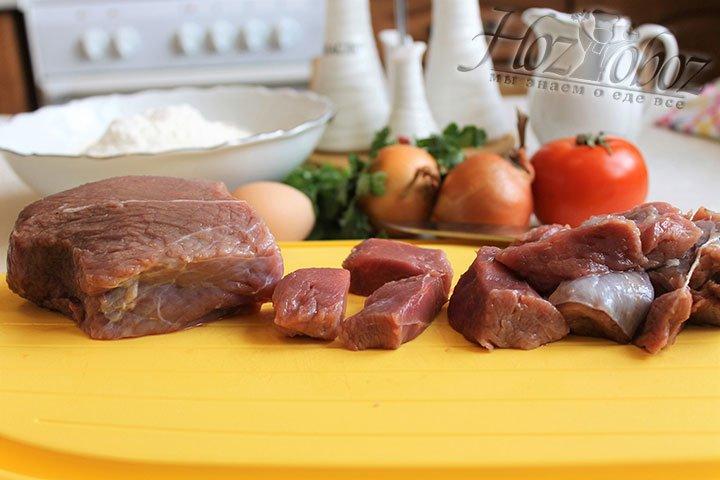 Пропускаем говядину через мясорубку и готовим домашний фарш