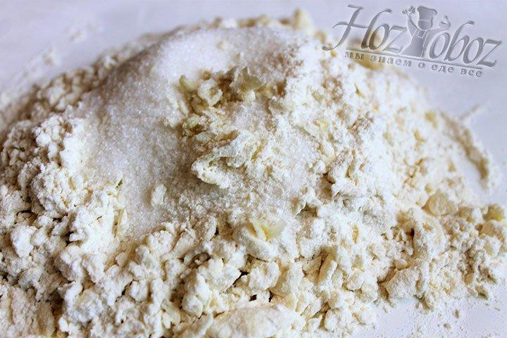 Измельченное сеченное масло соединяем с сахаром. Смесь сахара и масла перекладываем в емкость для смешивания