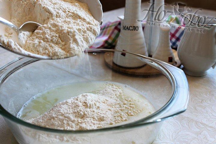 Жидкую заготовку перемещаем в большую посуду и добавляем половину муки