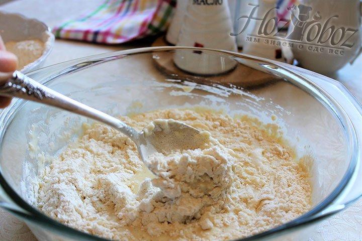 Как только вымесим тесто до однородной массы, добавим вторую часть муки