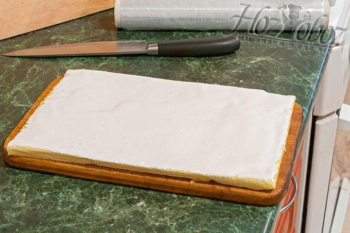 Намазываем бисквит кремом