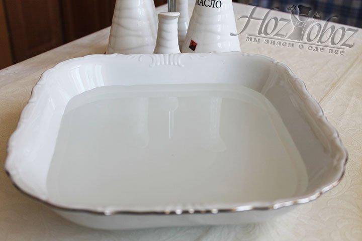 Готовые лепешки обмываем пальцами горячей водой