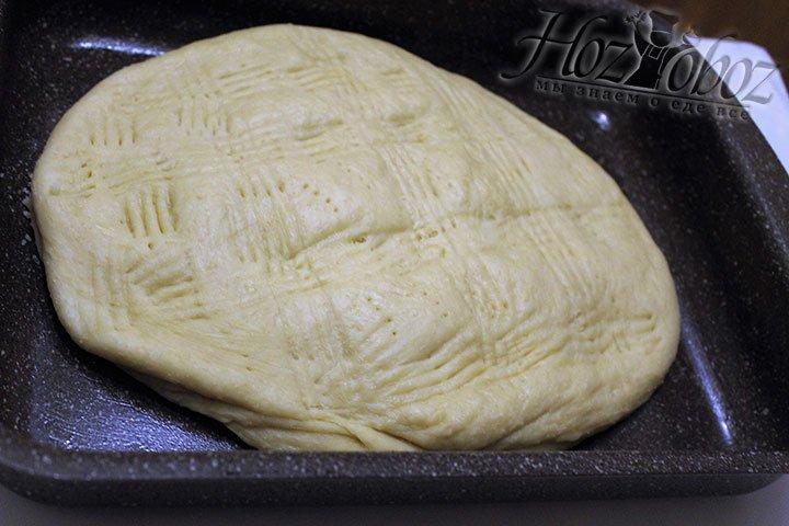Противен смазываем растительным маслом и выкладываем на него лепешку, давая ей подойти около 20 минут