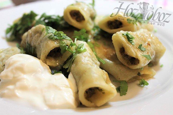 Горячие бораки выкладываем на блюдо, посыпаем мелко нарезанной зеленью и подаем на стол еще горячими . Приятного всем аппетита!