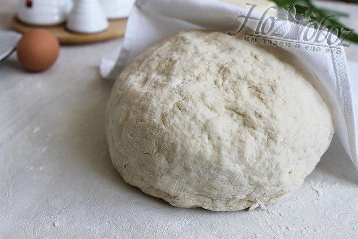 Важно не добавить слишком много муки, ведь в этом случае тесто получится очень крутым. При раскатывании теста лучше воспользоваться не мукой, а растительным маслом