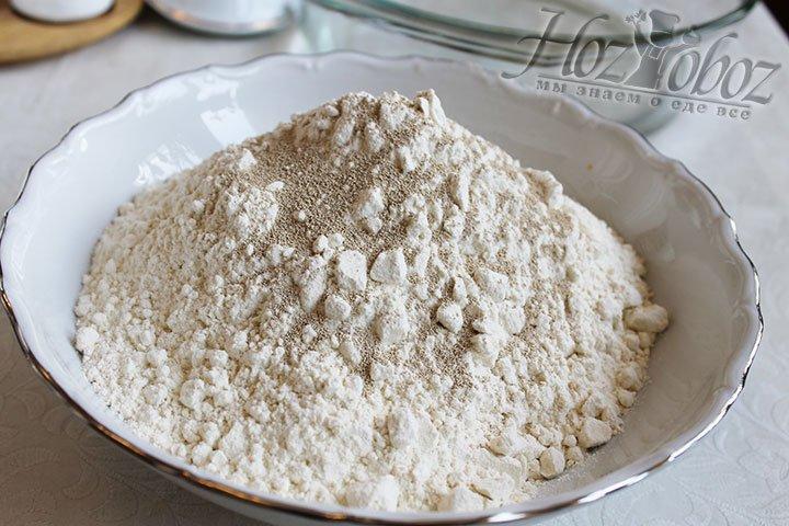 В глубокой посуде или емкости для теста смешаем воду и соль. В отдельной миске соединим муку и дрожжи (сухие)