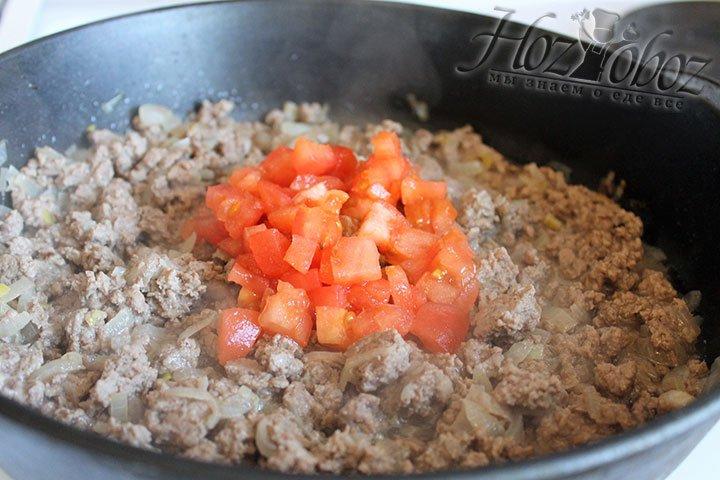 В на половину готовый фарщ выкладываем нарезанный помидор