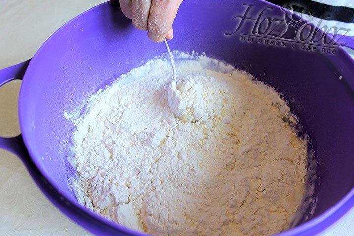 Часть смеси сухих ингредиентов всыпаем в тесто
