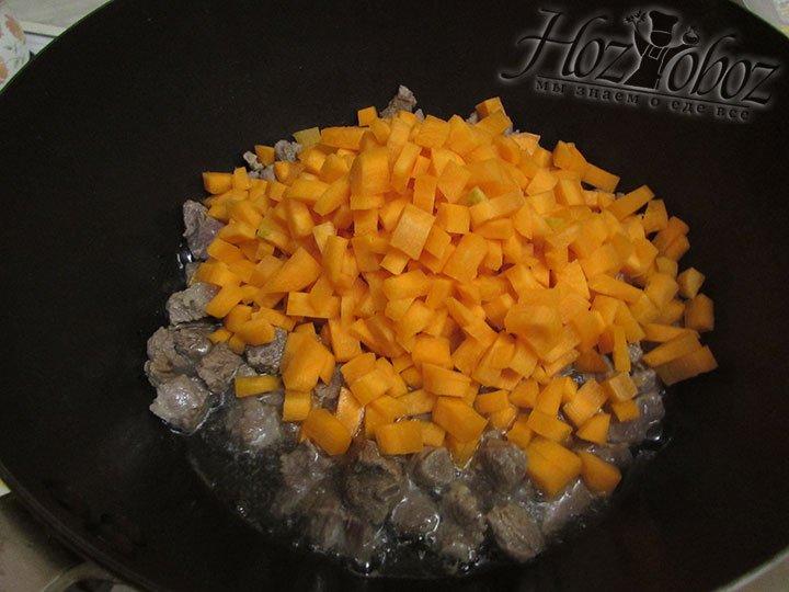 В котелок в мясом следует добавить кубики морковки и прожарить не менее 7 минут