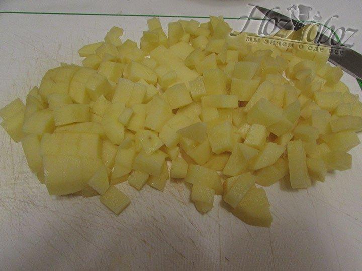 Картофель следует очистить от кожуры и измельчить кубиками