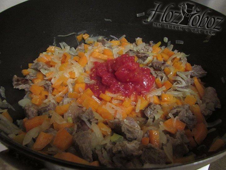 Самое время ввести томат, снова все перемешать и тушить минут около 5