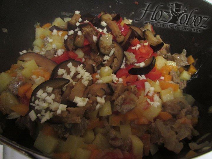 Выкладываем овощи, вводим зиру. Больше размешивать блюдо мы не станем, а просто установим небольшой огонь и потушим блюдо еще около 7 минут