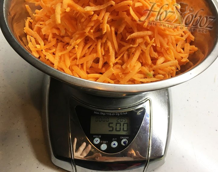Взвешиваем натертую морковку. Ее нам понадобится 500 г