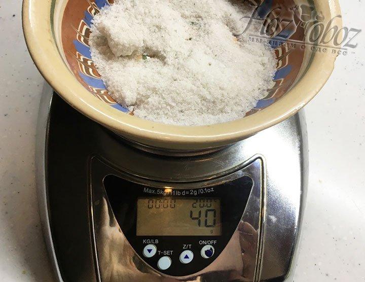 Теперь взвесим 40 г крупной соли